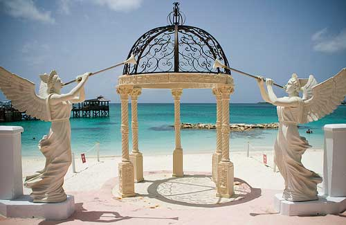 A wedding gazebo on the beach in the Bahamas (Image: odetothebigsea)