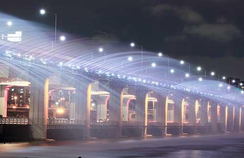 Banpo Bridge, South Korea (Image: st.solaris used under a Creative Commons Attribution-ShareAlike license)