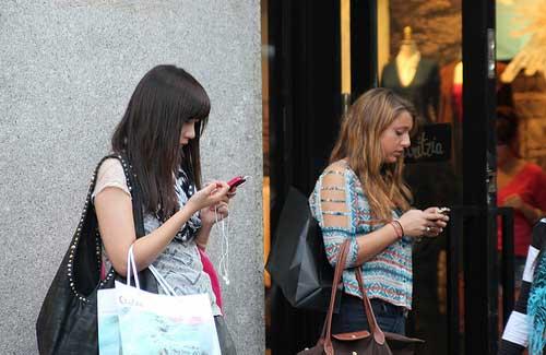 Women on cell phones (Image: UltraSlo1)