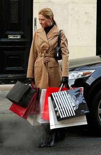 Woman with shopping bags (Image: tinou bao)