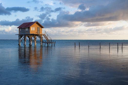 Ambergris Caye © Brandon Bourdages/iStock/Thinkstock (http://www.thinkstockphotos.co.uk/image/stock-photo-home-on-the-ocean/150011954)