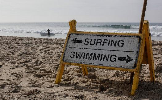 San Diego beach sign © Geraint Rowland/Flickr (https://www.flickr.com/photos/geezaweezer/11919769853)