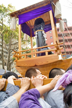 Kanamara Matsuri Parade, Kawasaki. Photo by elmimmo