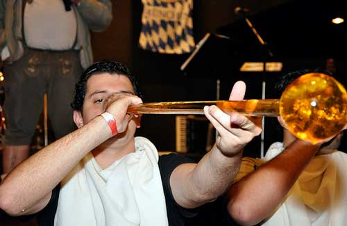 Drinking at Oktoberfest (Image: ClubTransatlântico)