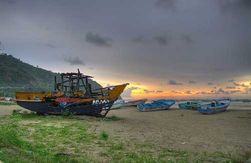Boats on the beach at Puerto Lopez (Image: AMagill)