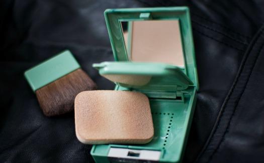 Maria Morri, Clinique Almost Powder Makeup 3 via Flickr (CC bY-SA 2.0)