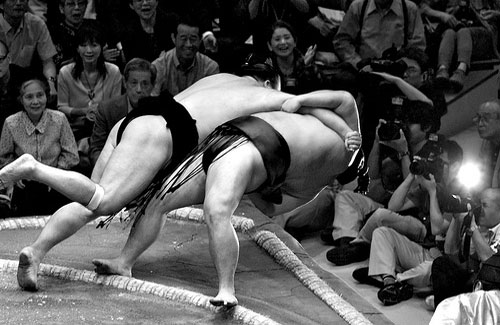 A sumo match (Image: -miguelito- used under a Creative Commons Attribution-ShareAlike license)