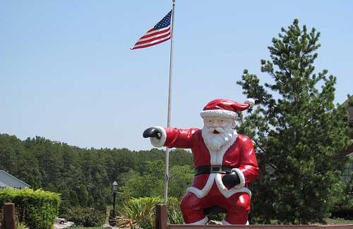 Santa statue (Image: Dougtone used under a Creative Commons Attribution-ShareAlike license)