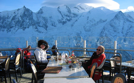 Eating on the slopes. (Image: ateabutnoe)