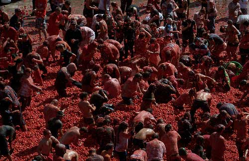 La Tomatina (Image: MikeJamieson(1950) used under a Creative Commons Attribution-ShareAlike license)